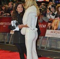 Kimberley Garner com uns jeans apertados