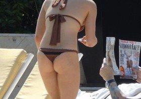 LeAnn Rimes de biquini na piscina