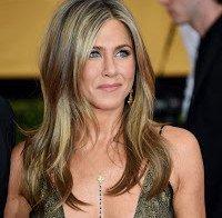 As mamas de Jennifer Aniston (decote enorme)