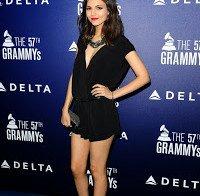 Victoria Justice linda de preto (decote e mini-saia)