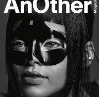 Rihanna mais uma vez com mama de fora (revista anOther)