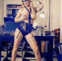 Andreia Medeiro despida (topless)