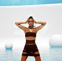 Nicole Scherzinger coberta apenas por fitas