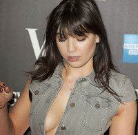 As mamas de Daisy Lowe (decote sexy)