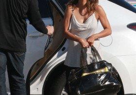 Halle Berry em Los Angeles de roupa casual