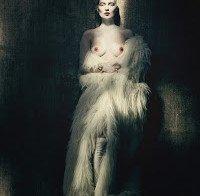 Kate Moss topless em ensaio bizarro