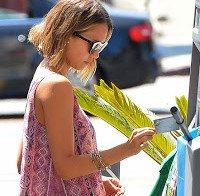 Jessica Alba numa bomba de gasolina em Los Angeles