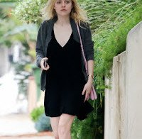 Dakota Fanning a passear em Studio City