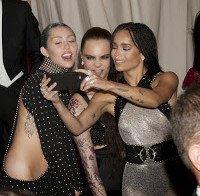 Miley Cyrus e Zoe Kravitz juntas numa gala em Nova Iorque