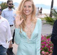 Petra Nemcova na praia em Cannes