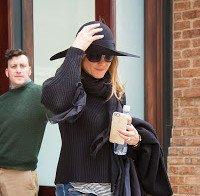 Jennifer Aniston a sair do seu hotel na cidade de Nova Iorque