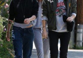 Kristen Stewart com uns amigos