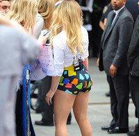 Hilary Duff com calções demasiado curtos
