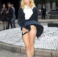 Elizabeth Olsen de vestido levantado