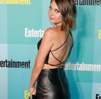 Willa Holland de vestido apertado na Comic-Con
