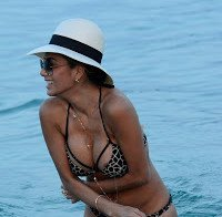 Nicole Scherzinger deixa escapar um mamilo (fotos HQ de biquini)