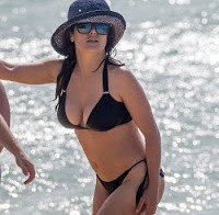 Salma Hayek de biquini na praia 2015 (48 anos)