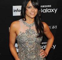 Michelle Rodriguez a chegar a uma festa da Harper's Bazaar