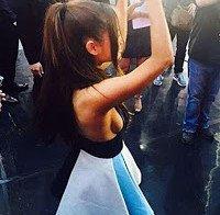 Side boob de Ariana Grande