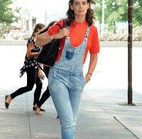 Katie Holmes de jardineiras em Nova Iorque