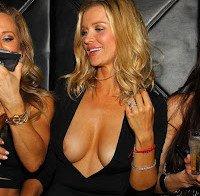 Joanna Krupa deixa mamilo espreitar