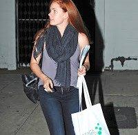 Amy Adams a sair do salão
