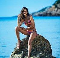 Alessandra Ambrosio promove própria marca de biquinis