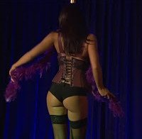 Débora Monteiro de lingerie a fazer striptease