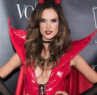 Alessandra Ambrosio deslumbra como diabinha