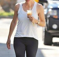 Jennifer Garner passeia descontraída
