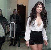 Sofia Sousa mostra pernas e decote