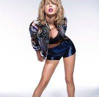Taylor Swift mostra pernas e barriga