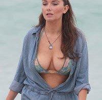 As mamas de Rachel Mullins de biquini na praia