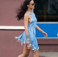 Rihanna descontraída sem soutien