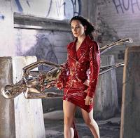 Daisy Ridley (actriz Star Wars) mostra pernas e barriga em vários ensaios