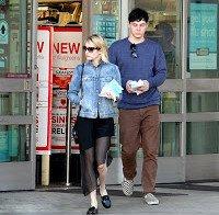 Emma Roberts a tomar café em Hollywood