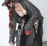 Phoebe Price sai à rua com roupa reveladora
