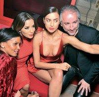 Irina Shayk com decote e mini-saia (ao lado de Bradley Cooper)