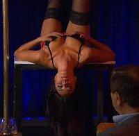 Débora Monteiro dança no varão de lingerie