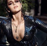 Emilia Clarke é a cara da marca Violet Gray