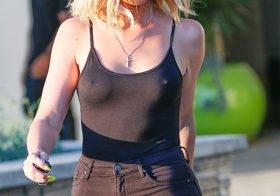 As mamas de Khloe Kardashian (roupa transparente)