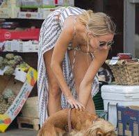 Kimberley Garner sensual a passear o cão