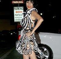 Bai Ling com vestido de fitas