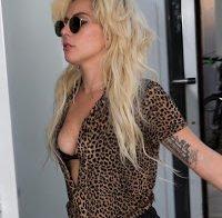 Lady Gaga com mamilo de fora na rua