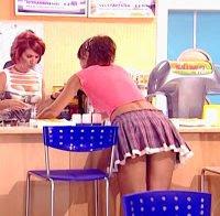 Sylvie Dias com mini-saia (um quase upskirt)