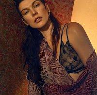 O mamilo de Milla Jovovich (Vogue Ucrânia)