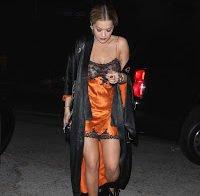 Rita Ora novamente com as mamas à mostra