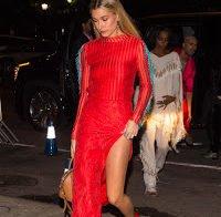 Hailey Baldwin deslumbrante de vestido vermelho