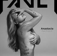 Anastacia nua aos 48 anos