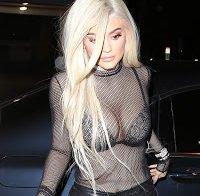 Kylie Jenner passeia a exibir soutien